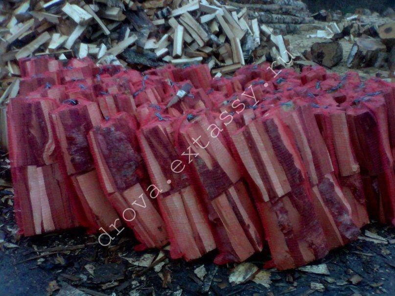 Дрова березовые колотые уложенные в сетки